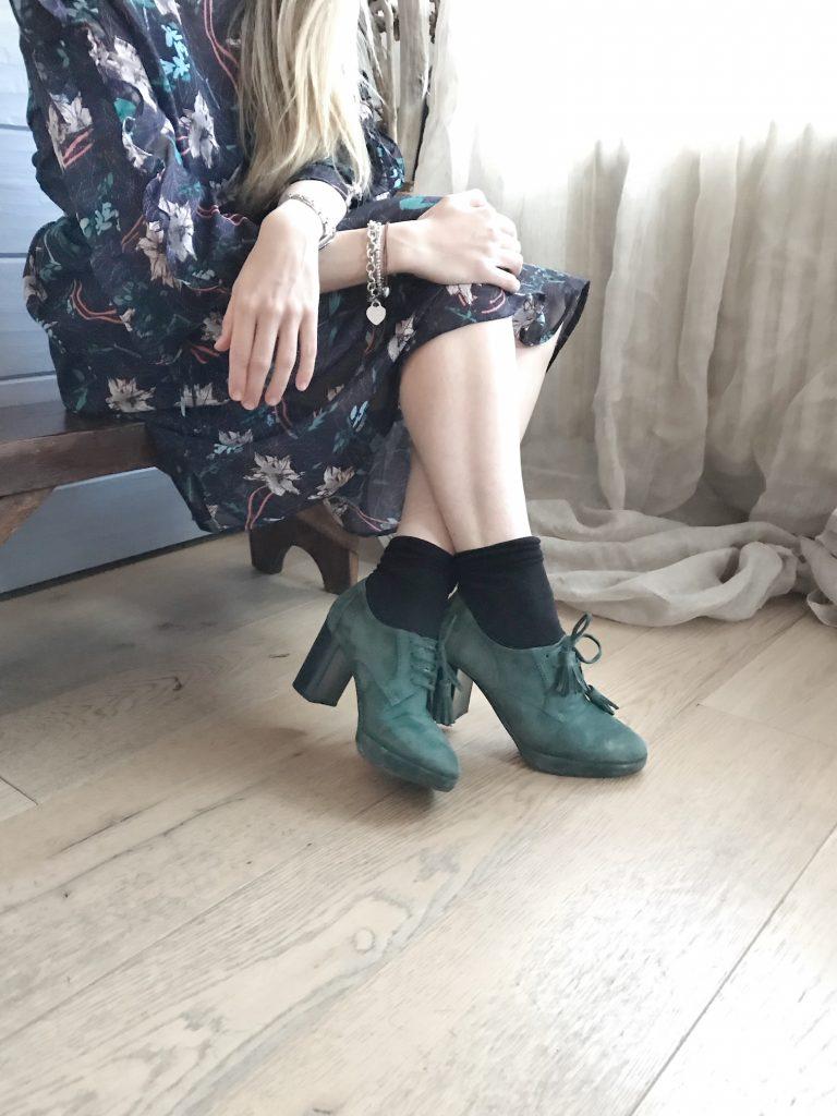 La femminilità in un abito a fiori e tacchi