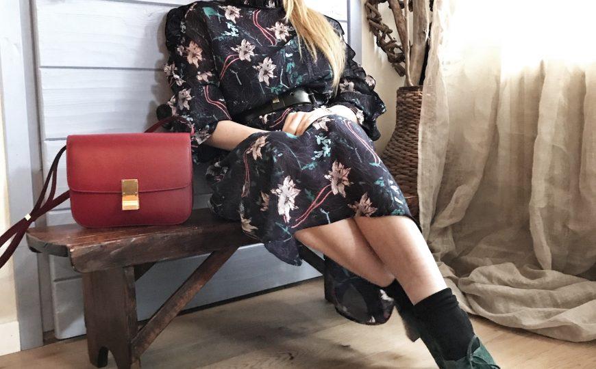 La femminilità in un abito a fiori midi e tacchi