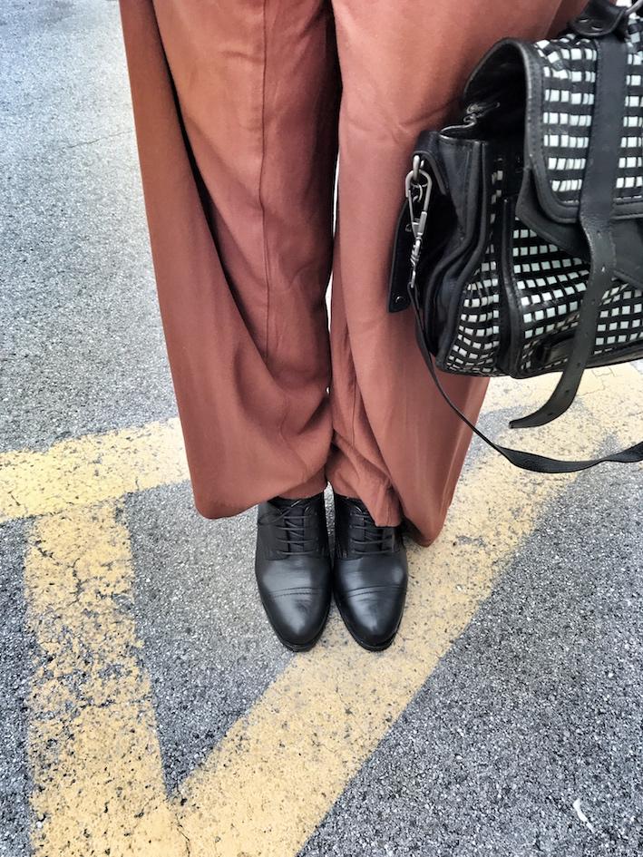 panta palazzo, scarpe con il tacco e plateau